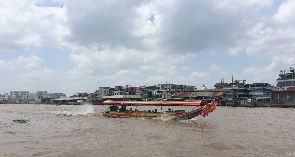 Pitkähäntävene kiitää Chao Phraya -joella Bangkokissa